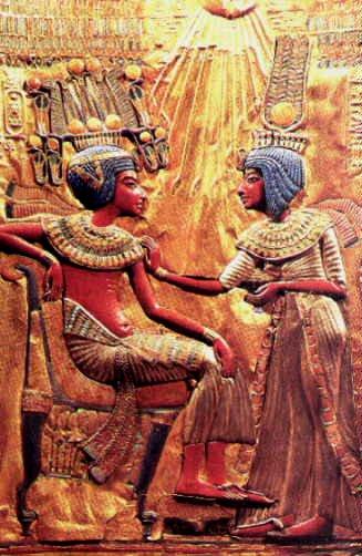 Toutankhamon et son épouse caressés par ATON.